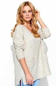Makadamia S68 sweter beżowy Wygodny sweterek damski o fasonie typu oversize, z przodu posiada kieszenie, dekolt w serek eksponuje szyję, sweter świetnie prezentuje się z jeansami