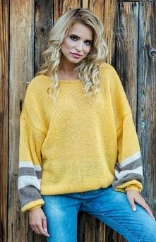 Fobya F578 sweter żółty Modny sweterek damki o luźniejszym fasonie typu oversize, dół wykończony elastyczną szeroką gumą, szerokie rękawy ozdobione kolorowymi paskami