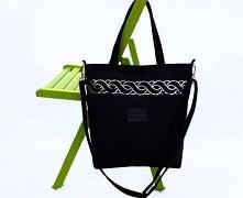Średniej wielkości torba w kolorze czarnym uszyta z tkaniny imitującej zamsz ...