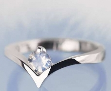 Pierścionek zaręczynowy nie musi mieć diamentów. Można w nim oprawić zupełnie...