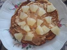 omlet z masłem orzechowym i ananasem