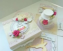 Piękny pastelowy box na 50-te urodziny. Pudełeczko wykonane z delikatnej kolekcji papierów 7th Heaven, wieczko personalizowane, ozdobione papierowymi kwiatami. W środku znajduje...