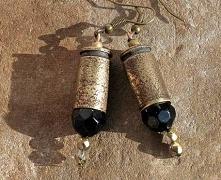Oto jak moc zamienia się w piękno... Kolczyki, które powstały z mosiężnych łusek, które wytrawiłam i spatynowałam. Ozdobą są fasetowane szklane koraliki o średnicy 10 (czarny) i...
