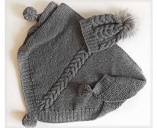 Chusta i czapka z grubej, akrylowej włóczki. Na czapie futerkowy pompon, a na...