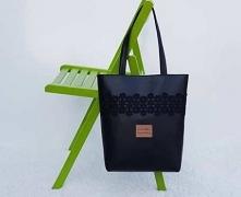 Czarna torebka ze skóry ekologicznej zapinana na zamek w kolorze czarnym. Tor...