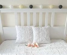 Biała narzuta + 2 poduszki,wykonane na szydełku z włóczki 55% bawełny i 45% akrylu. Wymiary narzuty ok.2 X 2 m, poduszki ok.43 X 43 cm. Od spodu wszyte białe płótno. Solidna,pię...