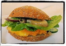 Domowy rybny burger z karmeliziwaną czerwoną cebulą - Home-Made Fish Burger W...