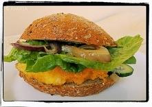 Domowy rybny burger z karme...