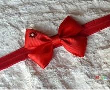 Piękna opaska która, będzie dopełnieniem stroju każdej dziewczynki. Opaska elastyczna, nie uciska główki dziecka. Szerokość gumki: 1,6 cm  Rozmiary: 0-3 miesiące, 3-6 miesięcy, ...