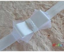 Przedmiotem sprzedaży jest opaska do włosów - 1 szt.  Kolor: biały  Wielkość kokardki: ok 2,5x8 cm Szerokość gumki: 1,6 cm  Proszę podać przy zamówieniu obwód główki lub wiek dz...