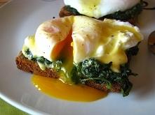 Jajka po florencku  Pyszne weekendowe śniadanie: jajko w koszulce, podane ze szpinakiem i sosem holenderskim, na chrupiącej, ciepłej grzance.  2 jajka łyżeczka octu winnego 2 kr...