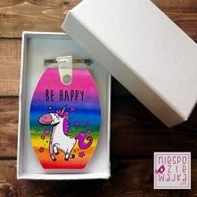 """Breloczek baryłka """"Be happy"""" - w pudełeczku Jednorożec"""