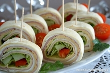 MINI TORTILLE przekąska   Składniki:  – 2 pszenne tortille (placki)  – 1 opakowanie serka kanapkowegonp. Almette, Piątnica(150g)  – 1 łyżka majonezu  – 1 ząbek czosnku  – kilk...