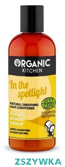 Opis produktu  W centrum uwagi, Naturalny wygładzający balsam do włosów. Jesteś na scenie już dziś! Organiczny złoty olej jojoba zapewnia włosom luksusową pielęgnację i lśniący wygląd. Ekstrakt z morwy organicznej natychmiast wygładza włosy, poprawiając ich strukturę. Ułatwia rozczesywanie.   Produkt certyfikowany przez ECOCERT COSMOS NATURAL co gwarantuje naturalny skład oraz brak SLS, parabenów i silikonów   Sposób użycia  Nanieść na czyste wilgotne włosy, pozostawić na 1-2 minuty, dobrze spłukać.   Skład  Aqua, Cetearyl Alcohol, Distearoylethyl Dimonium Chloride, Glycerin, Cocos Nucifera Oil, Morus Nigra Fruit Extract*, Simmondsia Chinensis Seed Oil*, Hippophae Rhamnoides Fruit Oil*, Vaccinium Vitis-Idaea Fruit Extract*, Salvia Officinalis Leaf Extract*, Malva Sylvestris Flower Extract*, Sodium Benzoate, Potassium Sorbate, Guar Hydroxypropyltrimonium Chloride, Tocopherol, Benzyl Alcohol, Benzoic Acid, Sorbic Acid, Citric Acid, Dehydroacetic Acid, Parfum, Limonene, Linalool, Geraniol.  *składniki pochodzenia organicznego   Informacje dodatkowe  Objętość 260 ml Status produktu – kosmetyk
