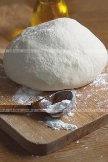Cienkie ciasto na pizze z białym serem