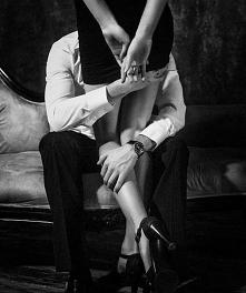 """""""Cuando yo te miro, te muerdes la boca Yo solo quiero verte bailando sin ropa En la misma cama, en la misma nota""""  ~ 'El baño'"""