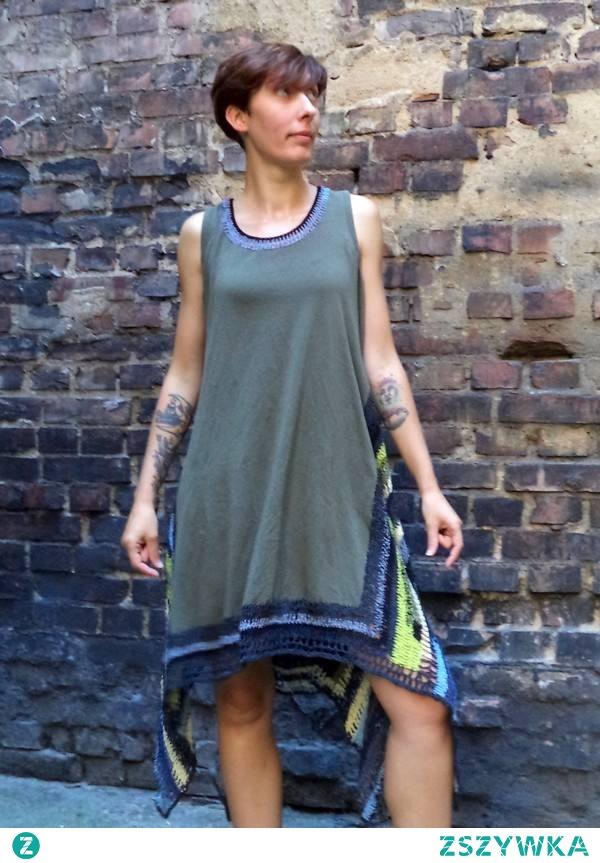 Tunika-sukienka szydełkowana z plecionym motywem na plecach. Dzianina- bawełna, wiskoza, elasten. Włókno bawełniane. Długość przodu 92cm, długość boku 116cm, obwód biustu 104cm. Zalecane rozmiary: L- XL