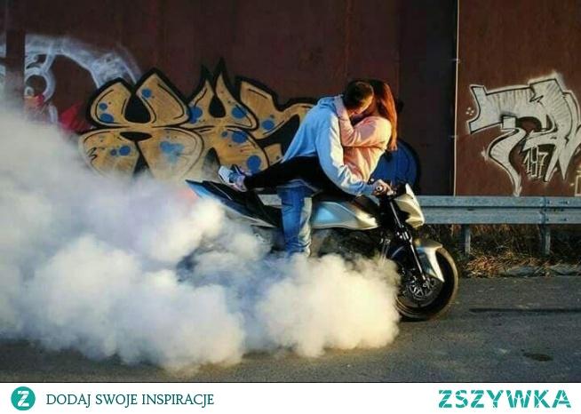 Miłość łączy się z motorynką
