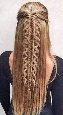 Włosy uplecione w niecodzienny warkocz.