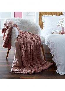 Śliczny różowy kocyk. Czy jest coś lepszego niż siedzenie pod kocem z kubkiem...