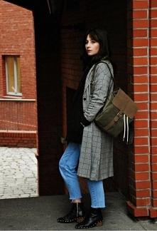 Miejski styl z plecakiem
