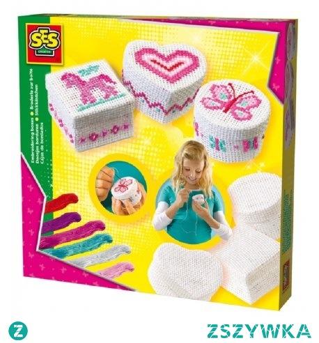 Piętek, piąteczek, piątunio:) Świąteczne zajęcie:)  Haftowanie pudełek z zestawem kreatywnym od SES Creativedla dla dzieci od lat  6.  W zestawie 3 pudełka: w kształcie serca, kwadrat i koło, bezpieczna igła do haftowania oraz kolorowe nici.   Z instrukcją wykonasz wzór konika, motylka oraz serca.  Miłego weekendu:)