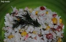Sałatka ryżowa z surimi i o...