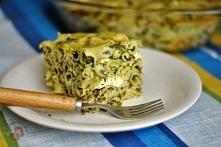 Zapiekanka makaronowa ze szpinakiem i fetą  1 opakowanie makaronu muszelki 1/2 opakowania sera feta (ok. 135 g) 1 kulka mozzarelli 1 cebula 6 ząbków czosnku 1 łyżka oleju 450 g ...