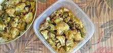 Pikantny kalafior smażony z fasolką szparagową 1 mały kalafior garść zielonej fasolki szparagowej 1/2 czerwonej cebuli chili 1/2 łyżeczki curry sól, pieprz 1 łyżka oleju Kalafio...