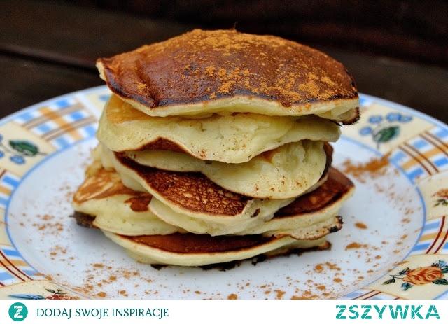 Placuszki z bananami  duży kefir szklanka mąki 2 jajka 3 banany łyżeczka proszku do pieczenia   1. Kefir zmiksować z mąką, jajkami i proszkiem do pieczenia. 2. Banany obrać i pokroić w plasterki. Dodać do ciasta i delikatnie wymieszać.  3. Na niewielkiej ilości rozgrzanego oleju smażyć placki na złoty kolor.  Placuszki są słodkie, więc nie ma potrzeby dodawania cukru. Mąkę pszenną można zastąpić np. orkiszową.