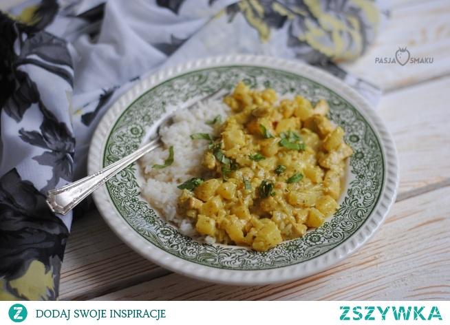Kurczak curry z ananasem      1 pierś kurczaka     1/2 średniej puszki ananasa     1 biała cebula     100 ml śmietanki 30%     50 ml zalewy ananasowej     2 ząbki czosnku     1/2 łyżki posiekanego imbiru     3 łyżki curry     sól, pieprz   Pierś kurczaka umyć, osuszyć i pokroić w kostkę. Oprószyć curry i dobrze wymieszać. Odstawić na ok. 30 minut.  W tym czasie obrać cebulę i pokroić w drobną kostkę, przesmażyć na 1 łyżce oleju, następnie dodać kurczaka i smażyć razem z cebulą przez kilka minut. Po tym czasie dodać pokrojonego w kostkę ananasa, posiekane ząbki czosnku, imbir, zalewę ananasową i śmietankę. Zmniejszyć ogień i dusić chwilę, aż powstanie sos. Doprawić do smaku.  Podawać z ryżem. Danie jest dość słodkie.
