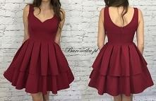 Bordowa sukienka.