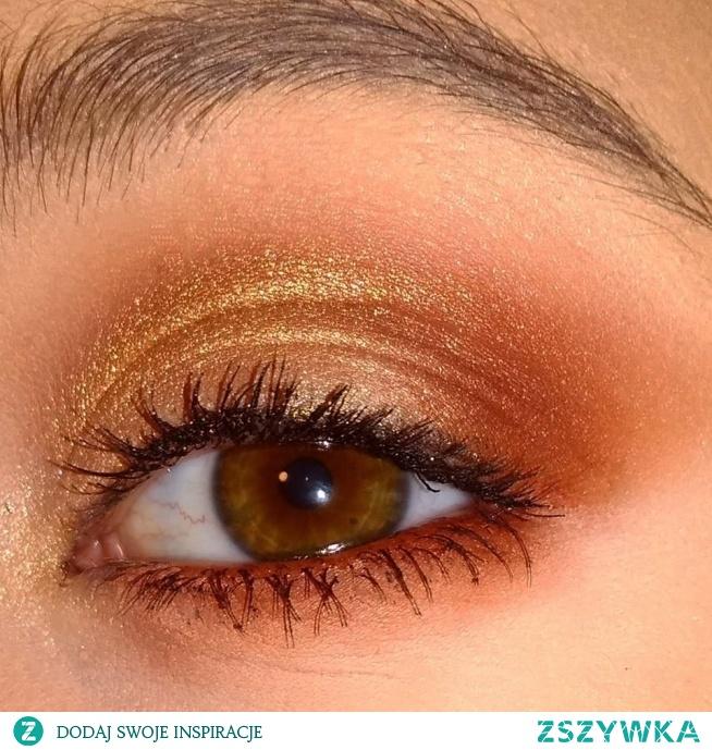 Makijaż codzienny w odcieniach brązu i złota.