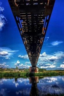 Lubimy zwiedzanie z dreszczykiem emocji. Podziwiamy nieczynny most kolejowy nad Wartą. To zabytek, choć nikt do niego się nie przynaje. Popada w ruinę i coraz większym wyzwaniem...