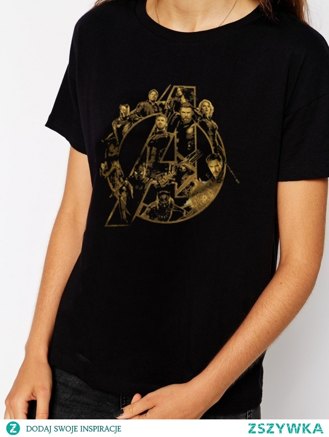 Koszulka AVENGERS LOGO postacie - koszulka MARVEL AVENGERS sklep WYDRUKOWANE.COM.PL ze złotym logo i bohaterami filmu. Modna fandomowa koszulka z nadrukiem z Marvela - bluzka AVENGERS. Świetny pomysł na prezent dla fana i fanki MARVELA. Licencjonowana koszulka z merchu MRAVEL. Bawełniana koszulka z krótkim rękawem o kroju unisex - bluzka damska i koszulka męska. Koszulka z kolekcji - KOSZULKI AVENGERS - sklep dla fanów marvela