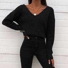 Zimowe stylizacje z czarnym swetrem