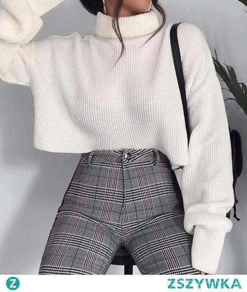Zimowe stylizacje z białym swetrem