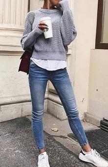 Zimowe stylizacje z szarym swetrem