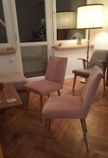 piękne krzesła z PRL w mieszkaniu