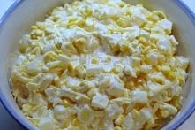Ulubiona sałatka imprezowa z żółtego sera