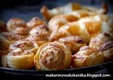 Cynamonowe rollsy i croissanty z czekoladą z ciasta