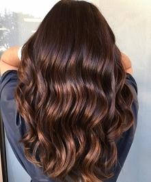 Refleksy na ciemnych włosach