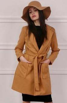 Roco 0007 płaszcz musztardowy Przepiękny damski płaszcz w zjawiskowym musztardowym odcieniu - wykonany z miękkiej wełnianej dzianiny - możliwość przewiązania paskiem sprawdzi si...