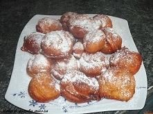BŁYSKAWICZNE PĄCZKI Z SERKIEM HOMOGENIZOWANYM serki waniliowe po 150g 2 jajka sól 1 i 1/2 szklanki mąki pszennej cukier waniliowy łyżeczka proszku do pieczenia olej do smazenia ...