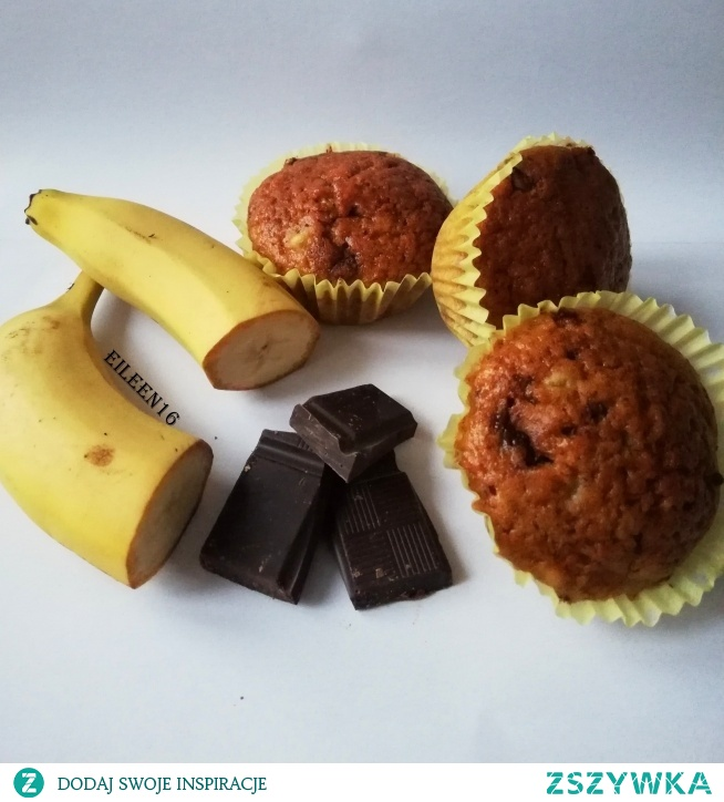 Najsmaczniejsze babeczki jakie do tej pory jadłam! Z racji mojej miłości do bananów i czekolady powstały te słodkości :)  Samo połączenie tych dwóch składników to już skrawek nieba..:)  Na prawdę pyszne, wilgotne i szybkie do zrobienia babeczki bananowe z czekoladą (gorzką lub mleczną według uznania :))  3-4 dojrzałe banany 2 jajka 120 ml oleju/oliwy z oliwek 250-300 gram mąki (w zależności jakiej konsystencji ciasto wyjdzie) 8 łyżek cukru 1/2 łyżeczki sody  1 łyżeczka proszku do pieczenia Ilość czekolady według uznania, ja akurat skroiłam kilka kostek :)   Jajka miksuję z oliwą, dodaję mąkę,cukier,sodę i proszek do pieczenia. Wszystko jeszcze chwilę miksuję, do połączenia się składników, konsystencja mus i być zwarta, gęsta. Dodaję rozgniecione wcześniej banany, pokrojoną czekoladę i takie ciasto wykładam do foremek i wstawiam do piekarnika na 15-20 minut :)  Temperatura 180 stopni :)