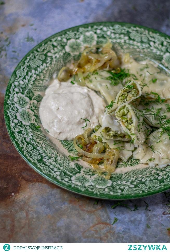 Pierogi z zielonym gorszkiem i puree z karmelizowanej cebuli.   Kliknij w zdjęcie