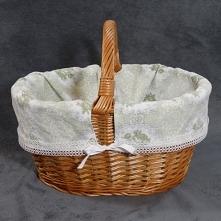 Wiklinowy koszyk z materiałem.