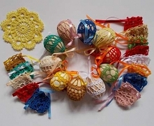 Kolorowe koronkowe koszulki na jajka wykonane na szydełku z bawełnianego kordonka. Zawiązywane wstążeczką na kokardkę, dzięki czemu koszulki można bardzo łatwo zakładać i zdejmo...