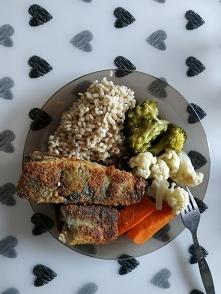Pyszny obiad: kasza pęczka, warzywa na parze, śledź atlantycki