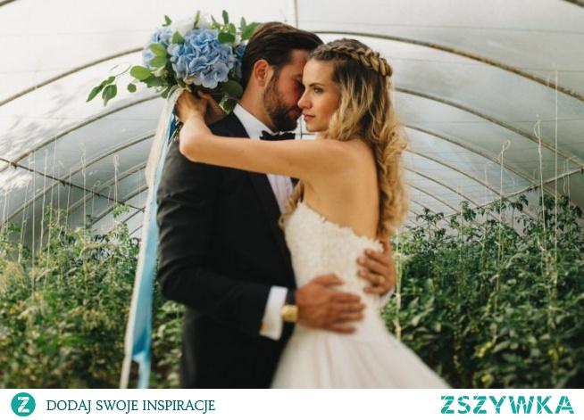 Piękny bukiet ślubny w kolorze niebieskim - taką kompozycję wybrała dla siebie Iza. Zobaczcie cały reportaż z Folwarku Wąsowo na blogu ślubny Panna Allure! fot. Światłołap